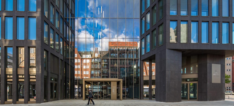 Gläserner Eingang zum LES1 in Hamburg, betreut durch Clarus Management