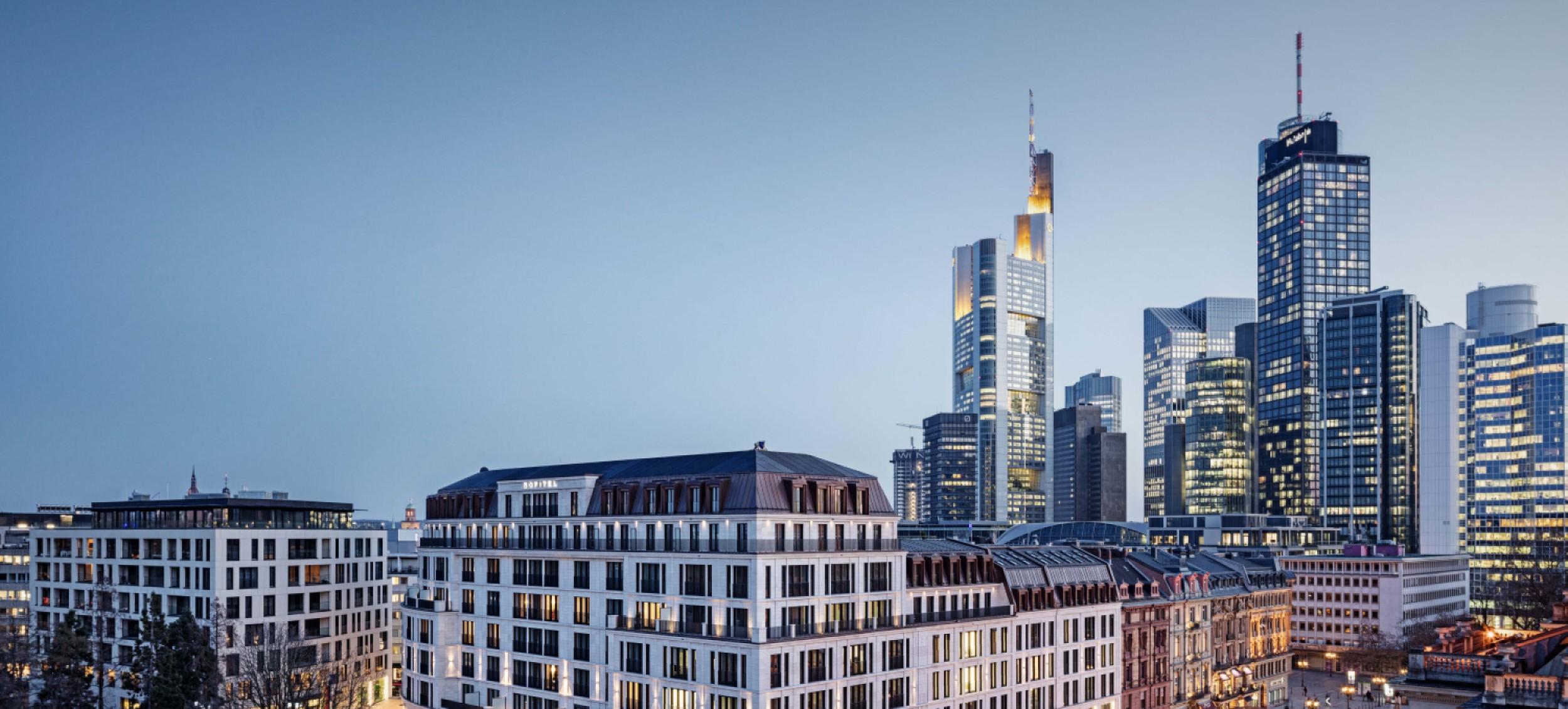 Der Opernplatz 14 in Frankfurt vor der berühmten Skyline