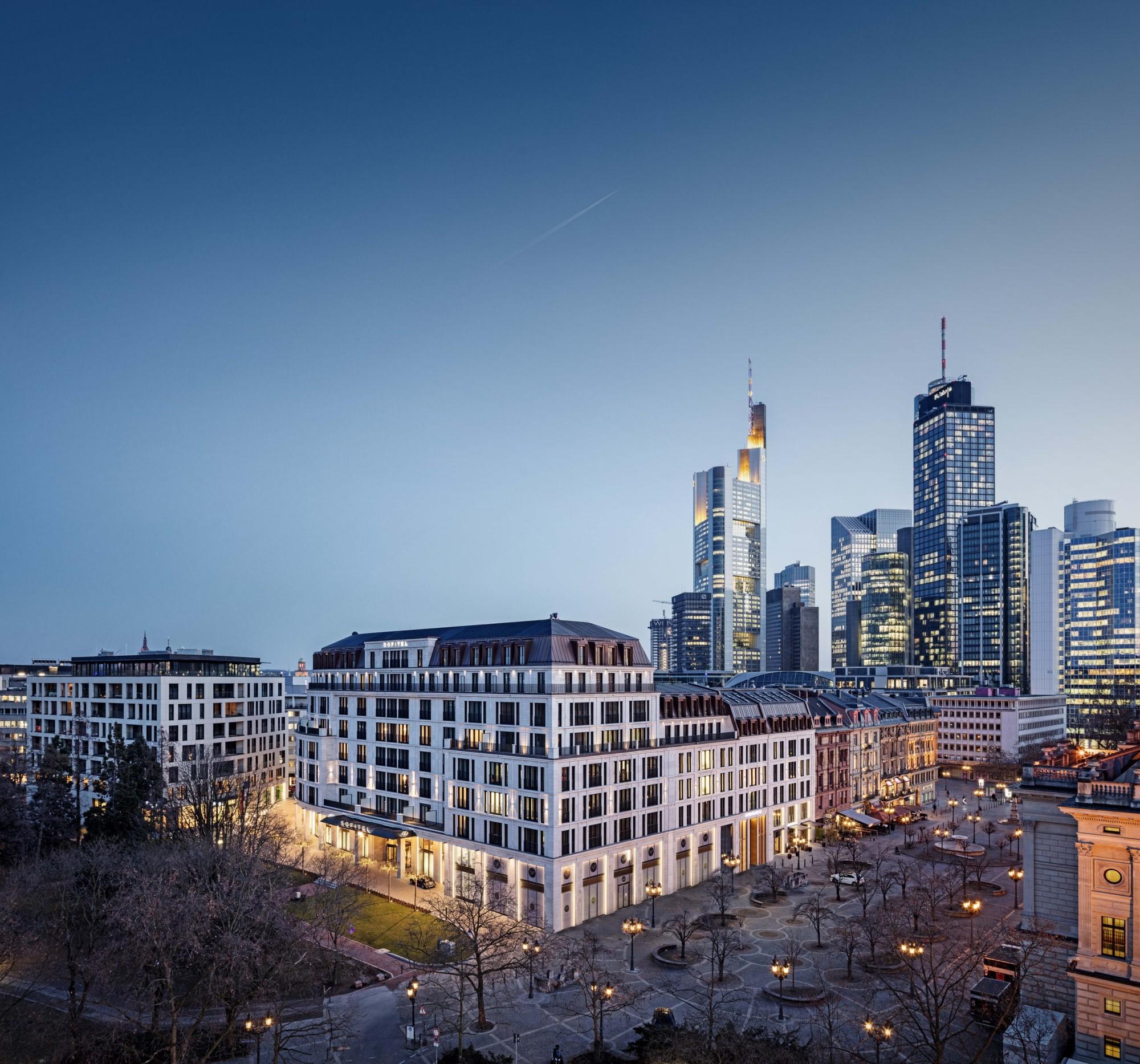 Der Opernplatz mit Skyline-Blick