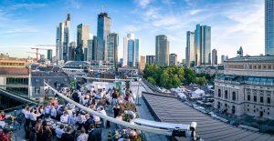 Buntes Treiben auf der Sofitel Rooftop-Bar während des Frankfurter Opernfestes